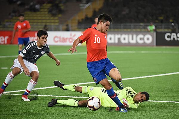 Aravena no consigue el perfil para disparar ante la salida de Antonio González. (Foto: Álex Melgarejo / DeChalaca.com)