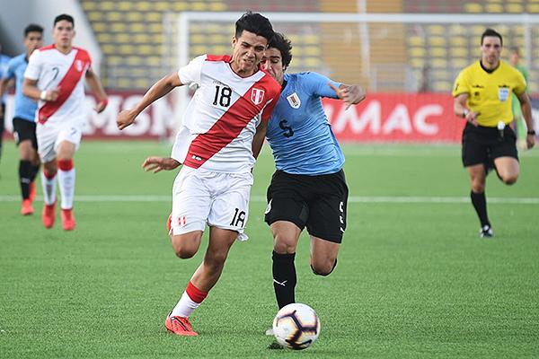 Pinto se enfrenta a Poggi. Un duelo constante en el encuentro. (Foto: Álex Melgarejo / DeChalaca.com)