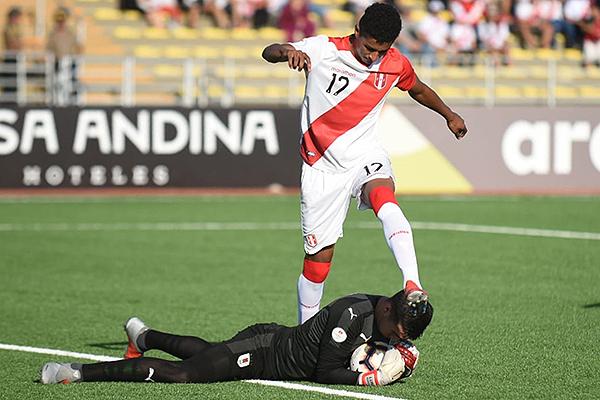 Lukas González atrapa el balón cuando lo presiona Figueroa. (Foto: Álex Melgarejo / DeChalaca.com)