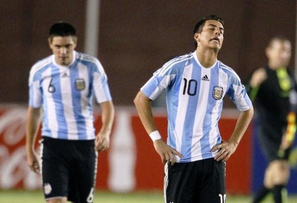 PARA NO CREERLO. Michael Hoyos y Leonel Galeano no terminan de asimilar la sorpresiva derrota que sufrieron a manos de Ecuador. Los jugadores argentinos se vieron anonadados por el poderío de los norteños. (Foto: REUTERS)