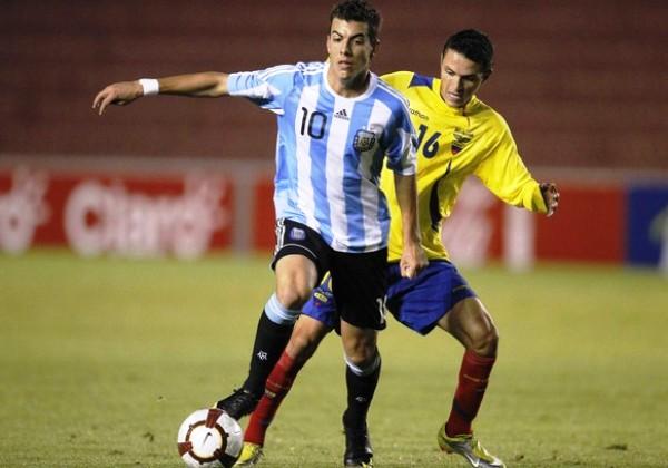 SIEMPRE ATRÁS. Walter Chala logra impedir que Germán Pezzella pueda quitarle el balón. Los delanteros ecuatorianos supieron jugar adecuadamente de espaldas. (Foto: REUTERS)