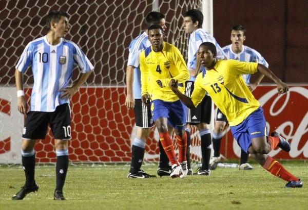 PRESIONADO. Michael Hoyos no puede hilvanar un ataque albiceleste debido a la marca de Andrés Oña. (Foto: REUTERS)