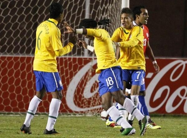 ÚNETE A LA FIESTA. Diego Mauricio se presta a celebrar junto con Alex Sandro y Neymar el cuarto tanto de Brasil ante Chile. (Foto: REUTERS)