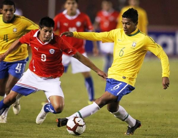 NO LOS DEJARON JUGAR. Yashir Pinto observa impotente cómo  Alex Sandro controla un balón en la media cancha. (Foto: REUTERS)