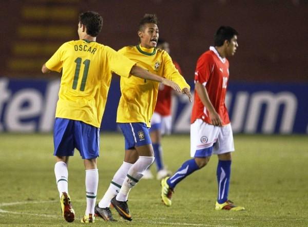 DÍGANLE SEÑOR GOL. Neymar celebra con Oscar su segundo tanto personal e el partido ante Chile. El jugador de Santos, gracias a su endiablado juego, se irguió como la figura del cotejo. (Foto: REUTERS)