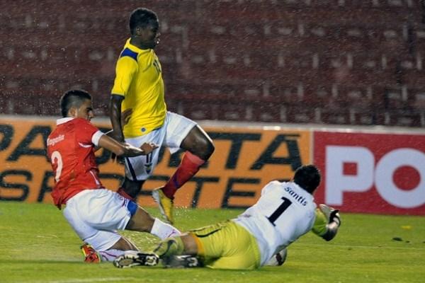 CUIDADO CON EL CAMIÓN. Caicedo logra penetrar en el área ecuatoriana y exige al máximo a Santis. (Foto: AP)