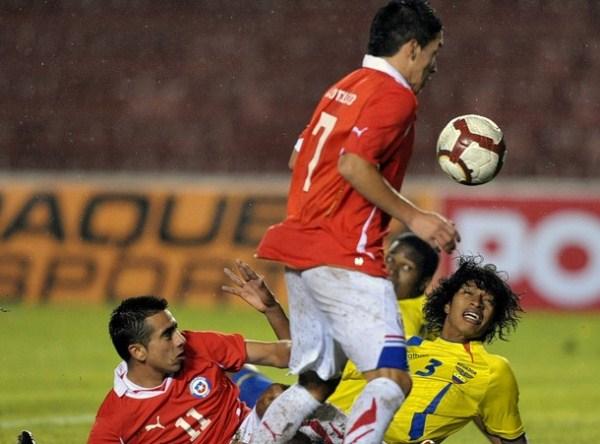 CAMINO LIBRE. Carrasco se encuentra un balón tras aprovechar un choque entre Narváez y Pinto. (Foto: AP)