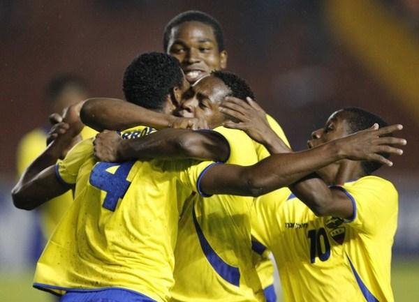 CARNAVAL AMARILLO. Los muchachos ecuatorianos vivieron al máximo la victoria ante Chile, y su clasificación al Mundial de Colombia. (Foto: AP)