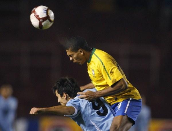 NULO EN ATAQUE. Federico Rodríguez fue un cero en izquierda en el ataque uruguayo. El delantero charrúa fue una presa fácil para los centrales de Brasil. (Foto: AP)