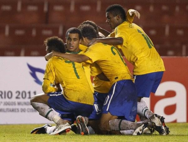 PARA LA FOTO. La oncena de Brasil dio una clase de contundencia en ataque. (Foto: AP)