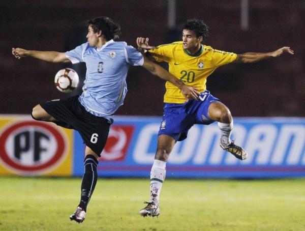 POBRE DE TI. Cabrera, de lejos uno de los mejores centrales del torneo, no pudo con la potencia de Willian. (Foto: AP)