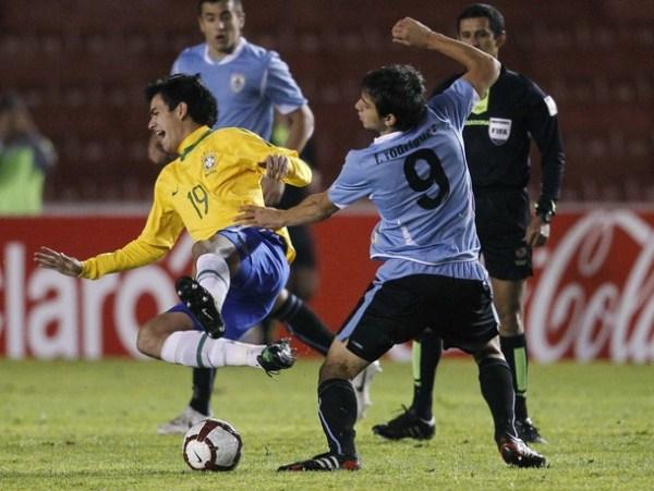 FALTAS A LA ORDEN DEL DÍA. Los jugadores uruguayos tuvieron que recurrir frecuentemente a las faltas para detener las arremetidas de los jugadores de Brasil. (Foto: AP)