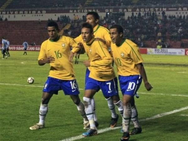 VAMOS A FESTEJAR. Neymar lideró las celebraciones de sus conquistas. La figura de Brasil lució alegre y relajado durante los noventa minutos. (Foto: AP)