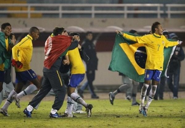 QUE LO VEA TODO EL MUNDO. Con Neymar a la cabeza, los jugadores de Brasil celebraron el titulo conseguido en el sudamericano. (Foto: AP)