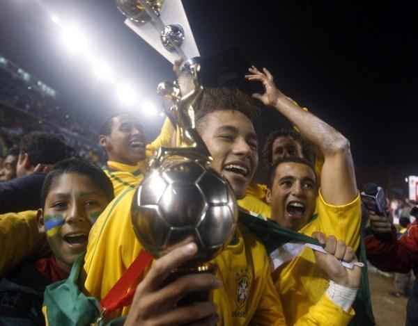 SE ROBÓ LAS MIRADAS. Neymar consiguió su primer título con Brasil a nivel de selecciones. Esta foto será histórica. (Foto: AP)