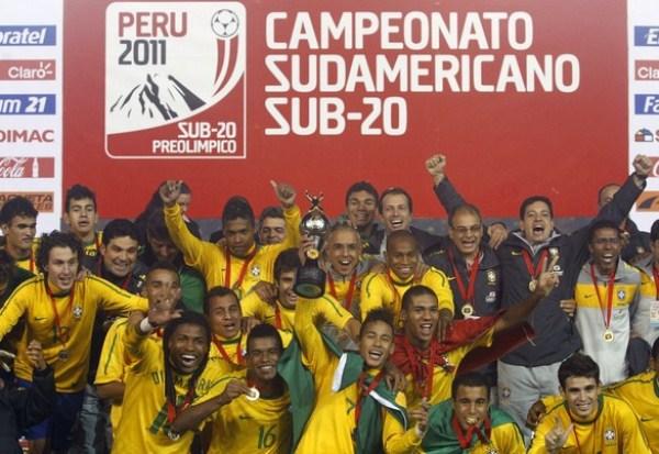 AREQUIPA TE CONTEMPLÓ. El que posiblemente sea uno de los mejores equipos de la historia del fútbol brasileño en unos años alzó una copa al pie del Misti. (Foto: AP)