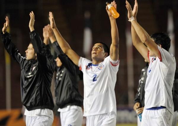 GRACIAS AL CIELO. Encabezados por Cristian Magaña, los jugadores chilenos festejaron su clasificación al hexagonal final. (Foto: GETTY)