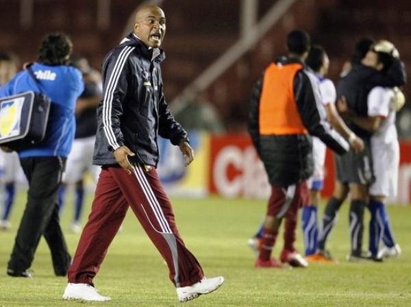CON LA FRENTE EN ALTO. El técnico de Venezuela, Marcos Mathias, no se mostró cabizbajo por la eliminación. Por el contrario, alentó y felicitó a sus jugadores por el esfuerzo desplegado. (Foto: REUTERS)