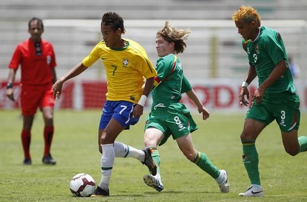 Dos íconos del fútbol sudamericano: Neymar y Chumacero en plena disputa del balón nada menos que en el estadio 25 de Noviembre por el Sudamericano Sub-20 de 2011 (Foto: Reuters)