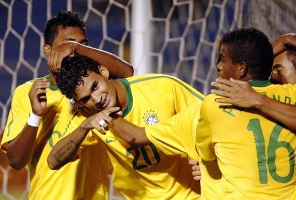 CARNAVAL DE LA ALEGRÍA. Los jugadores brasileños celebraron eufóricos el tanto de Willian, el segundo de Brasil ante Colombia. Dicho tanto prácticamente sentenció el cotejo. (Foto: REUTERS)