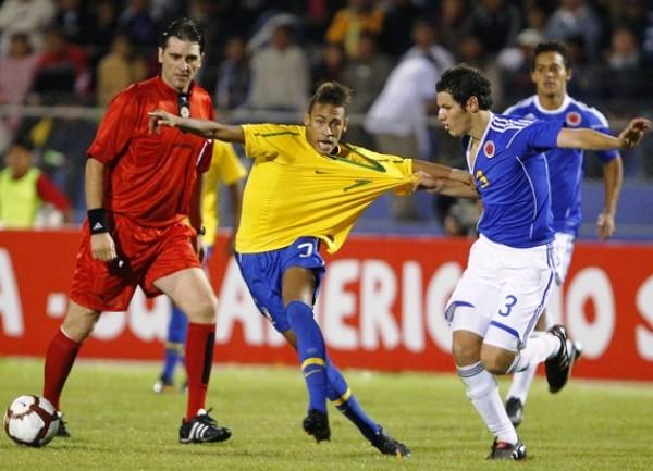 SE LO QUERÍAN LLEVAR. El talento de Neymar causó más de una dificultad a la defensa colombiana. En la imagen se aprecia cómo el hábil volante es tomado exageradamente de la camiseta. (Foto: REUTERS)
