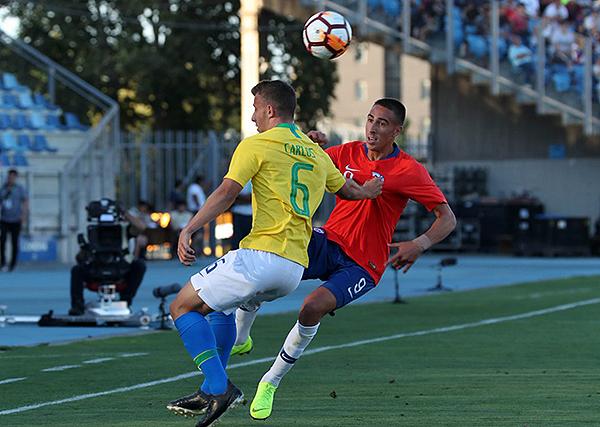 Diego Valencia hizo pasar más de un apuro a Carlos en el fondo de Brasil. (Foto: Conmebol)