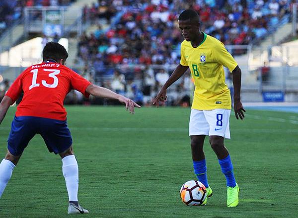 Marcos Bahía se hace el espacio para arremeter ante Víctor Méndez, pero el volante chileno cumplió en la marca. (Foto: Conmebol)