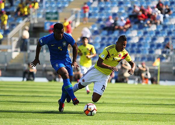Luan Silva supera a Luis Sandoval y envía el pase corto hacia el ataque de Brasil. (Foto: Conmebol)