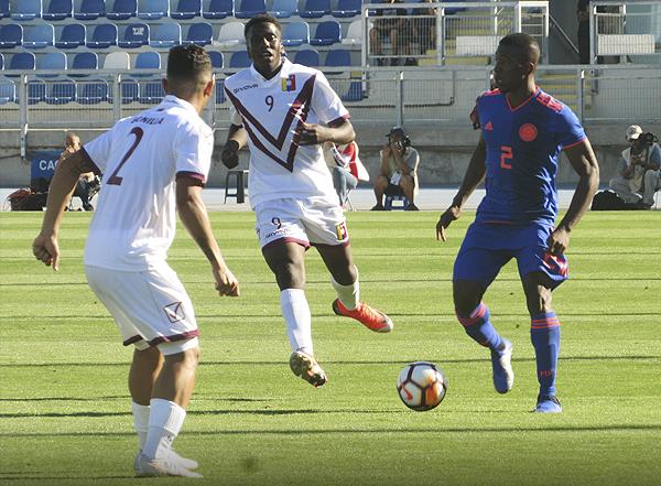 Jan Carlos Hurtado observa de lejos como Carlos Cuesta intenta salir jugando con el balón. (Foto: Aldo Ramírez / DeChalaca.com, enviado especial a Rancagua)