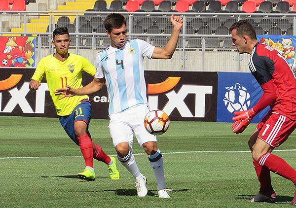 Manuel Roffo y Facundo Mura mantiene el control del balón para Argentina, mientras Alexander Alvarado observa. (Foto: Aldo Ramírez / DeChalaca.com, enviado especial a Talca)