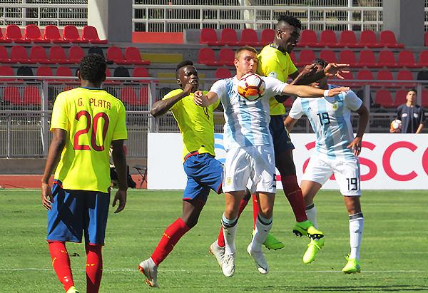 Pedro de la Vega fue incapaz de lidiar con Jhon Espinoza y Jackson Poroso. (Foto: Aldo Ramírez / DeChalaca.com, enviado especial a Talca)