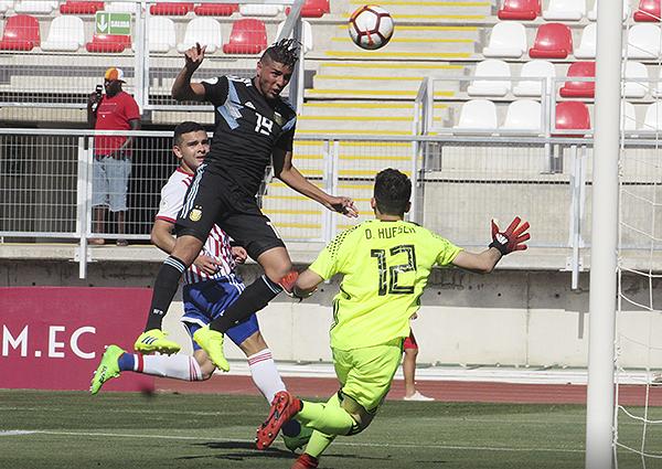 Maximiliano Romero conecta de cabeza y vence a Diego Huesca. (Foto: Aldo Ramírez / DeChalaca.com, enviado especial a Curicó)