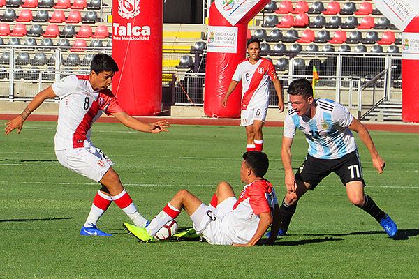 Jairo Concha y Walter Tandazo intentan generar peligro, pero el desorden se apoderó de Perú en la recta final. (Foto: Aldo Ramírez / DeChalaca.com, enviado especial a Talca)