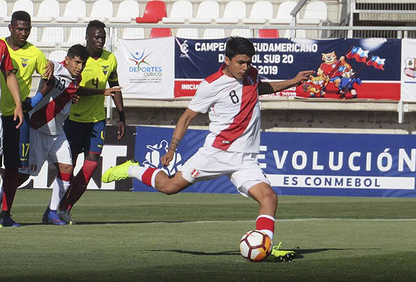 Concha disparó un penal a las nubes que debió ser el empate peruano. (Foto: Aldo Ramírez / DeChalaca.com, enviado especial a Curicó)