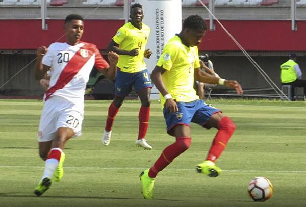 Plata controla el balón con autoridad delante de López. El volante norteño fue pieza clave, mientras el peruano volvió a rendir por debajo de su potencial. (Foto: Aldo Ramírez / DeChalaca.com, enviado especial a Curicó)