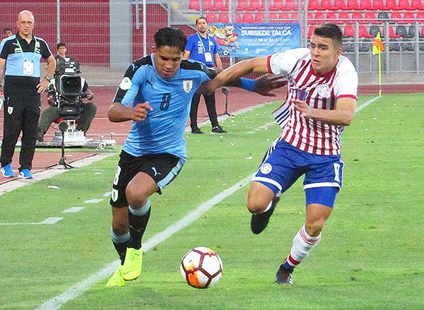 Rodrigo Zalazar se enfrenta a Braian Ojeda y le gana en velocidad. (Foto: Aldo Ramírez / DeChalaca.com, enviado especial a Talca)