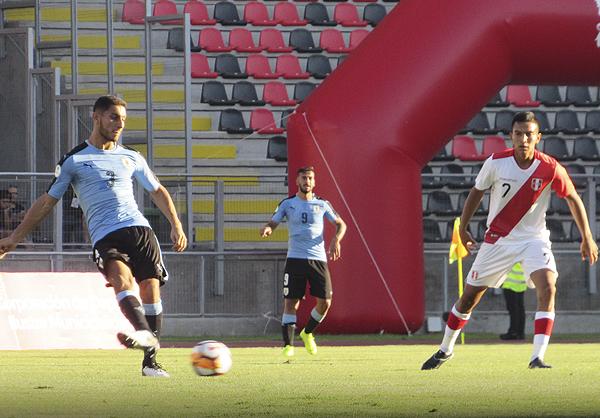 Maximiliano Araujo intenta el juego profundo mientras Gerald Távara observa. (Foto: Aldo Ramírez / DeChalaca.com, enviado especia a Talca)