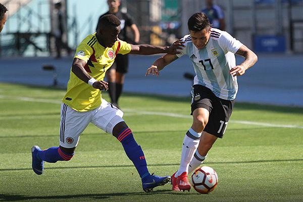 Aníbal Moreno complicó por la banda. Acá encara al capitán colombiano Carlos Cuesta. (Foto: Prensa Sudamericano Sub-20)