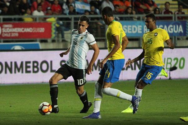 Walce y Cándido no solo se dieron abasto para controlar al goleador Gaich: también le cerraron el paso a Gonzalo Maroni, como se ve en la escena. (Foto: Conmebol)