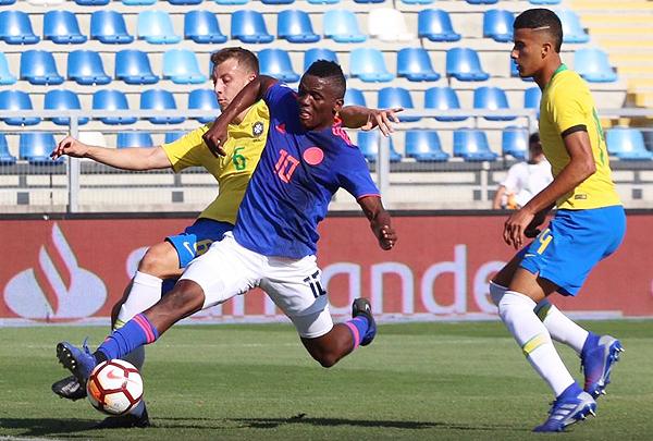 Johan Carbonero ingresó para buscar el gol que no llegó. Acá Carlos va al cruce con él. (Foto: diario Héctor Vargas / diario El Rancagüino)