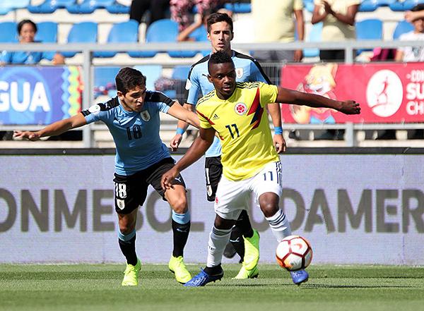 Johan Carbonero al ataque mientras que Nicolás Acevedo no lo deja tranquilo. (Foto: Conmebol)