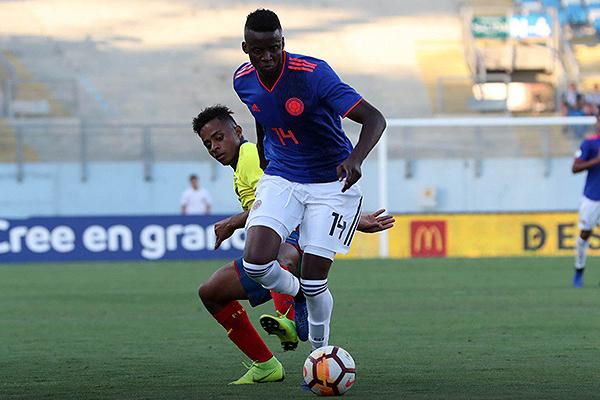 Richard Mina se reubicó como lateral derecho en la zaga colombiana, y no lo hizo mal. (Foto: Conmebol)