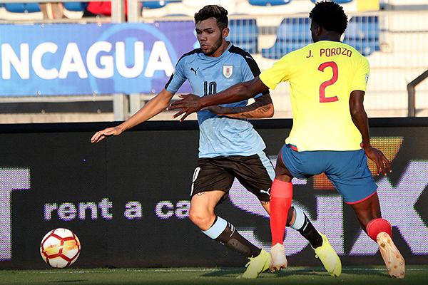 Una vez más, Schiappacasse hizo de las suyas. Acá supera a Porozo, quien acabó cometiéndole el penal que determinó el destino del partido. (Foto: Prensa Sudamericano Sub-20)