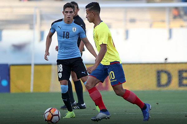 Rezabala no fue el de otros partidos. En esta acción encara a Sanabria. (Foto: Prensa Sudamericano Sub-20)