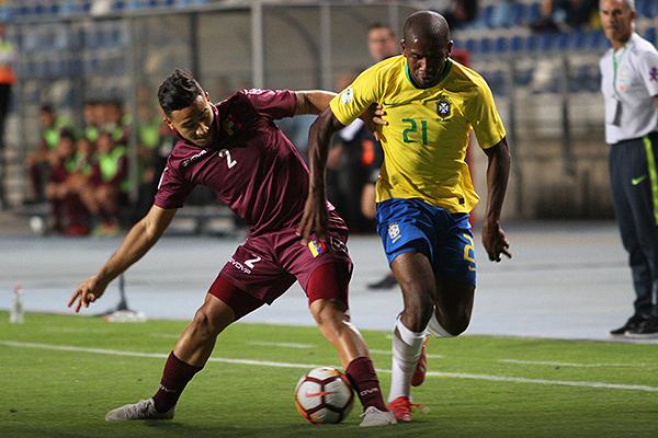 Jonas Toró lució anodino. Acá ante la marca del eficiente lateral llanero Pablo Bonilla. (Foto: Prensa Sudamericano Sub-20)