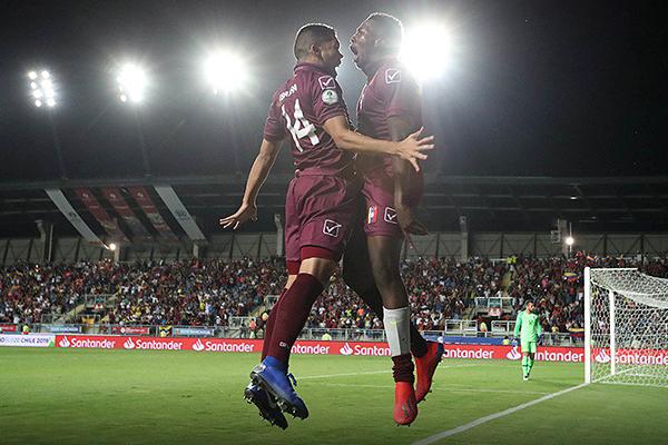El portentoso Hurtado mantuvo erguido el ataque vinotinto. Acá su curioso festejo junto a Rommell Ibarra. (Foto: Prensa Sudamericano Sub-20)