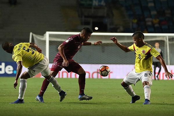 La medular colombiana, con Balanta y Alvarado entre sus estandartes, soportó bien el peso del partido. (Foto: Conmebol)