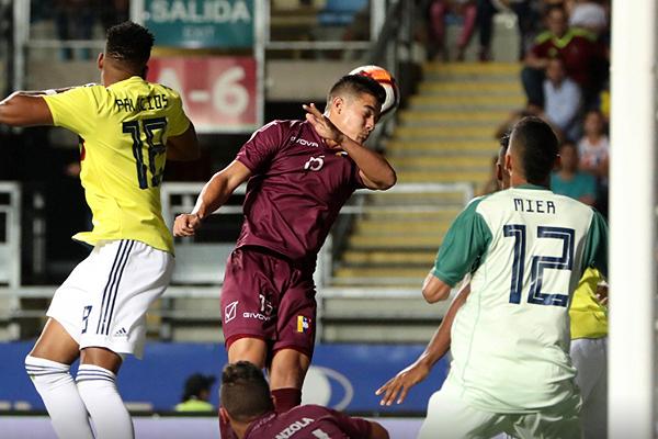 Palacios mejoró respecto de otras ocasiones en el carril derecho colombiano y hasta provocó la expulsión del portentoso Hurtado. Acá anticipa en el salto a Yriarte. (Foto: Conmebol)