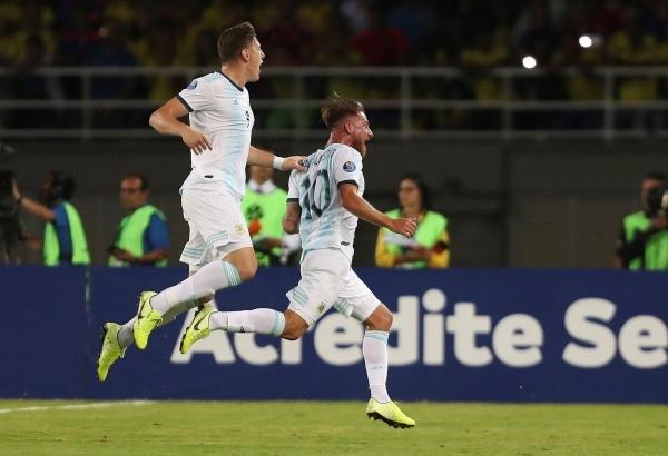 Mac Allister grita a todo pulmón su gol, felicitado por Gaich. En el segundo tanto se invirtió la figura y el hombre de Boca asistió al de San Lorenzo. (Foto: diario Olé)
