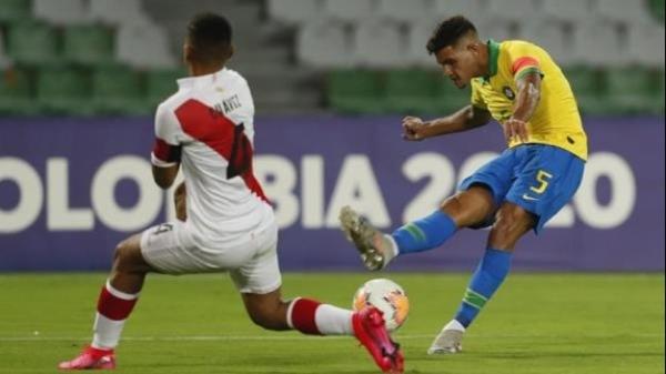 Bruno Guimarães hizo pesar sus galones en el centro del campo. Acá dispara ante Chávez en duelo de capitanes. (Foto: AP)
